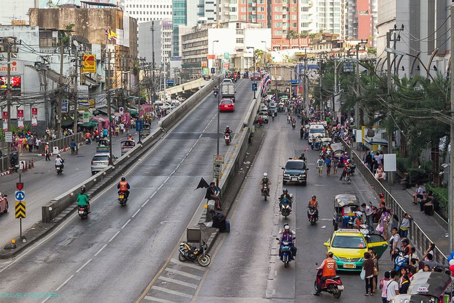 Near Pantip Plaza the road goes, and the street perpendicular to it is occupied by demonstrators