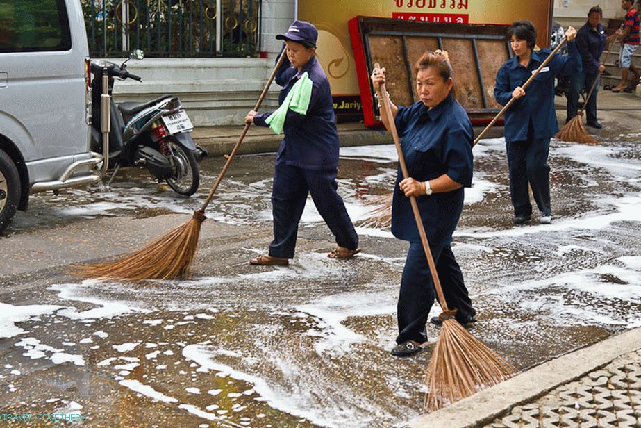 On the King's birthday, the asphalt at the temple was washed with soap